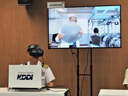 5GとVRを活用した医療教育の実証実験。離れた場所にいる参加者が、VR空間を通じてコミュニケーションを取りながら、5Gで送られた360度カメラの映像を見ながら施設の学習をするものになる。写真は2019年8月29日のKDDI・5G VRを活用した実証実験に関する説明会より(筆者撮影)