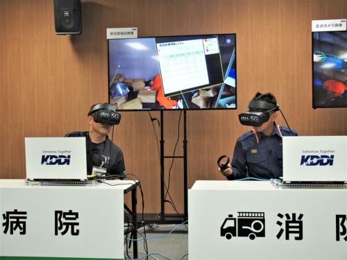 同じく5GとVRを活用した、災害医療対応支援の実証実験。離れた場所にいる医師や消防士などが、現場の救急隊員と360度カメラの映像を通じてやりとりをしながら、トリアージを進めていくという内容だ。写真は2019年8月29日のKDDI・5G VRを活用した実証実験に関する説明会より(筆者撮影)