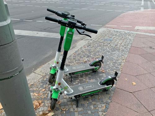 eスクーターのシェアリングサービスは欧米で急速に人気が高まっており、都市部に行けばeスクーターが街中にあふれかえる様子を頻繁に目にするようになった。写真は2019年9月、ドイツ・ベルリンにて筆者撮影