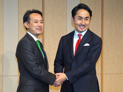 ヤフーを傘下に持つZホールディングスとLINE社は、2019年11月18日に経営統合を発表。「Yahoo! JAPAN」と「LINE」の国内2大インターネットサービスが1つのグループに統合されることとなる。写真は同日に実施された経営統合会見より(筆者撮影)