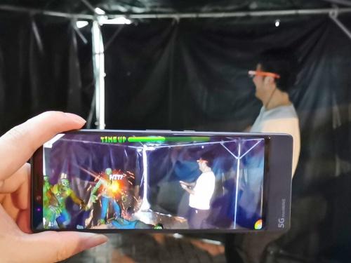KDDIと沖縄セルラーは第27回「沖縄国際カーニバル」でARを活用した展示を実施。その1つはエンリアルのスマートグラスを用いたマルチプレー型のARシューティングになる。写真は同イベントより(筆者撮影)