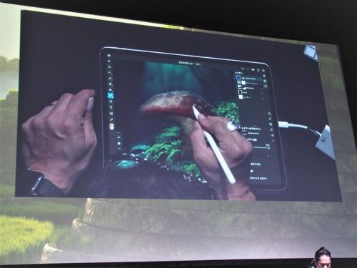 2019年12月3日に開催された「Adobe MAX Japan 2019」の基調講演では、iPad版Adobe Photoshopなど、モバイルデバイス向けのアプリやサービスのデモが多くを占めていた。写真は同イベントより(筆者撮影)