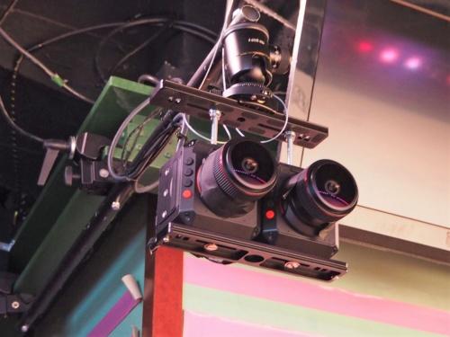 AKB48劇場の観客席前と、左右にある柱の合計3カ所にVR用のカメラを設置。視点を切り替えながらライブ視聴ができるという。写真は2020年1月16日に実施された、AKB48グループのVRライブ配信開始に関する記者説明会より(筆者撮影)