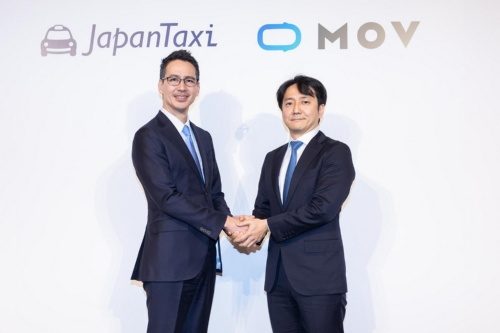 日本交通ホールディングス(HD)の川鍋一朗社長(左)とディー・エヌ・エーの中島宏常務執行役員オートモーティブ事業本部長。日本交通HD傘下のJapanTaxiと「MOV」を運営するディー・エヌ・エーはタクシー配車アプリ事業の統合を発表。日本交通HDとディー・エヌ・エーがJapanTaxiの共同筆頭株主になる