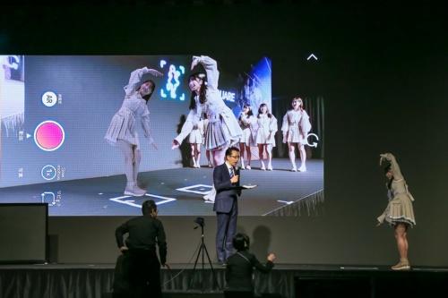 ソフトバンクが提供する「5G LAB」のデモの様子。VR(仮想現実)によるアイドルなどのライブ映像配信や、スマートフォンを通じてAR(拡張現実)フィギュアと一緒に撮影できるサービスなど、新しい技術を活用したコンテンツの提供に力を入れている