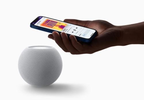 iPhoneで再生中の音楽をHomePod miniに移して再生する機能は備わっているが、2020年末にはU1チップの活用で、その体験価値を向上させる仕組みが用意されるという