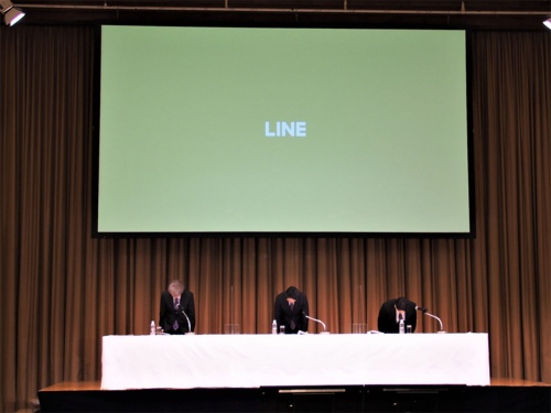 LINE社は一連の個人情報管理に関する問題を受け、2021年3月23日に記者会見を実施。一連の問題に関して謝罪するとともに、その経緯と今後の対策について説明した。写真は同会見より(筆者撮影) LINE社は一連の個人情報管理に関する問題を受け、2021年3月23日に記者会見を実施。一連の問題に関して謝罪するとともに、その経緯と今後の対策について説明した。写真は同会見より(筆者撮影)
