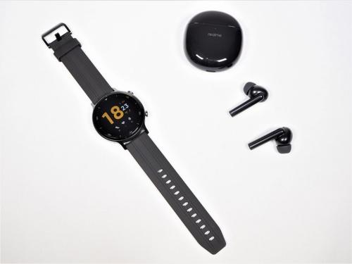 リアルミーの日本進出第1弾として発表されたワイヤレスイヤホンの「realme Buds Air Pro」と、スマートウオッチの「realme Watch S」。主力のスマートフォンはラインアップから外れている(筆者撮影)