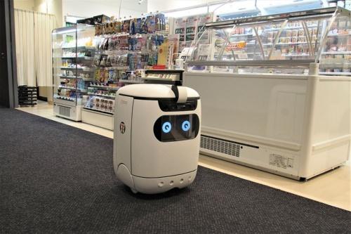 2021年4月20日にセブン‐イレブン・ジャパンらが実施した自律走行型ロボットによる商品配送の実証実験より。オフィス内店舗で、「RICE」というロボットが注文した商品を自動配送してくれる(筆者撮影)