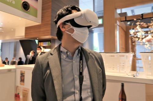 ケーブル接続の必要がなく、3万円前後と比較的低価格なスタンドアローン型VR用HMDの登場で、コンシューマー向けVRの市場は拡大傾向にある。写真は2021年3月にJR東日本スタートアップが実施した「VRを使った未来の物産展from青森」より(筆者撮影)