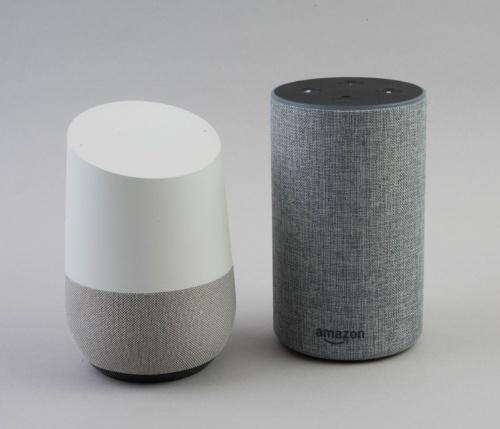 左が「Google Home」、右が「Amazon Echo」だが、とても似ている
