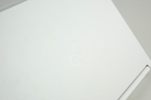 天板はシボ加工の樹脂で、シールを貼り付けてもはがれやすいように工夫されている