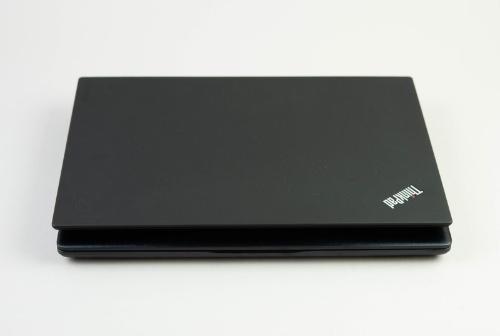 上のThinkPad X1 Carbonと比べても、少し大きいだけでコンパクトだ