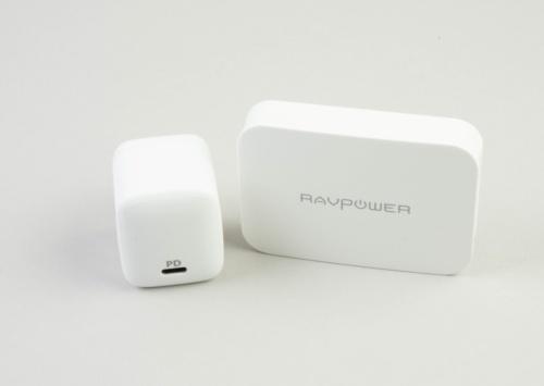 小型のUSB PD対応ACアダプター。左が「Anker PowerPort Atom PD 1」で価格は3499円。右は「RP-PC104」で価格は6000円。価格はいずれもAmazon.co.jpで調べたもので税込み