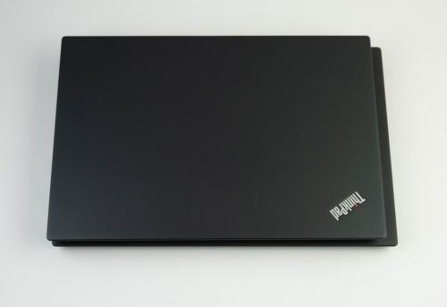 重ねてみると、上に置いたThinkPad X390のほうが少しだけ小さい