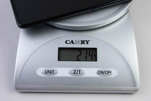 重量はカタログ値で215グラムとヘビーだ。キッチンスケールによる実測値で214グラムだった