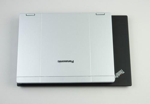 ThinkPad X1 Carbon(下)と比べるとこんなに大きさが違う