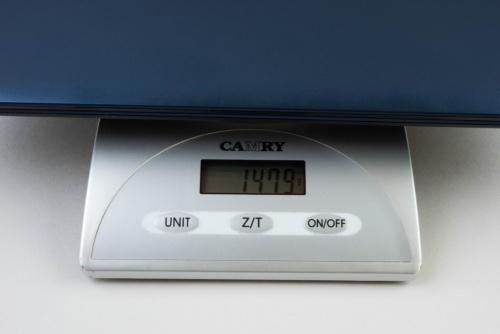 キッチンスケールの計測では1.4キログラム台後半だった。ThinkPad X1 Carbonは1.1キログラム台だったのでその差は大きい