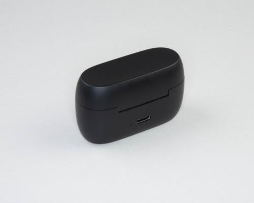 ケースはUSB Type-Cポートを使って充電する