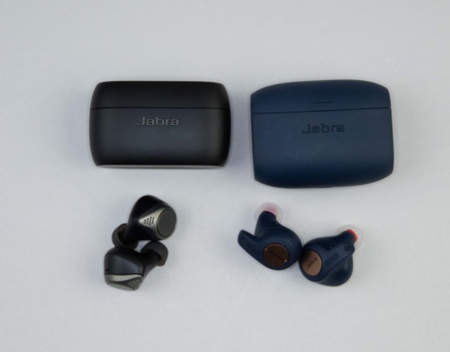 Jabra Elite 75tのケース(左)は、Jabra Elite Active 65tのケース(右)より一回り小さい