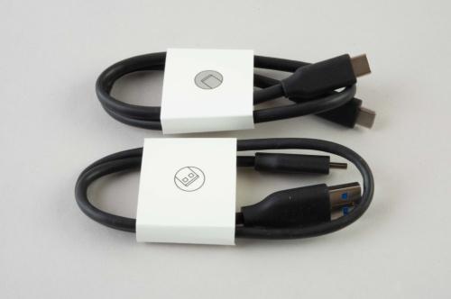 両端がUSB Type-Cのケーブルと、一方がUSB Type-Cで他方がUSB Type-Aのケーブルが付属する。
