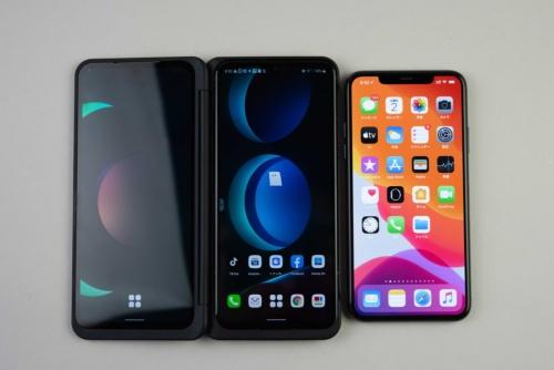 右のiPhone 11 Pro Maxが小さく感じる