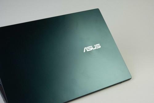 同心円のデザインがASUSのパソコンらしい