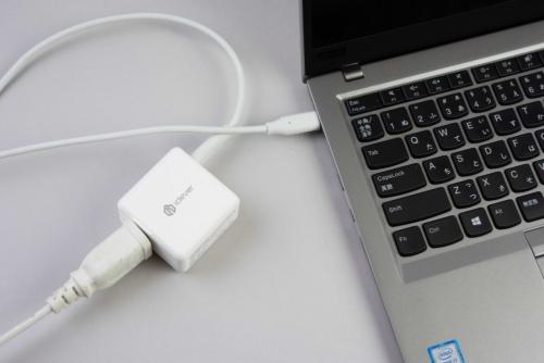 コンパクトな充電器でパソコンに充電可能。ケーブルを自分で選べるので、ケーブル部分の長さを調整しやすい
