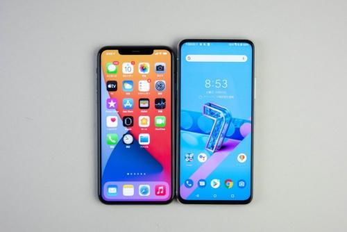 ZenFone 7 Pro(右)は、iPhone 11 Pro Max(左)と比べると縦に長い