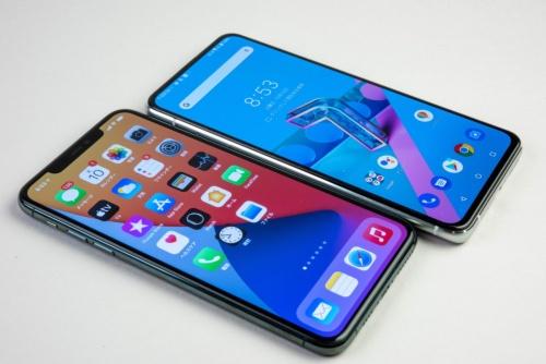 ZenFone 7 Pro(奥)の厚さは、iPhone 11 Pro Max(手前)とかなり違うと感じる