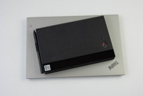 本体は折り畳むとかなりコンパクトになる。下はThinkPad X1 Carbon