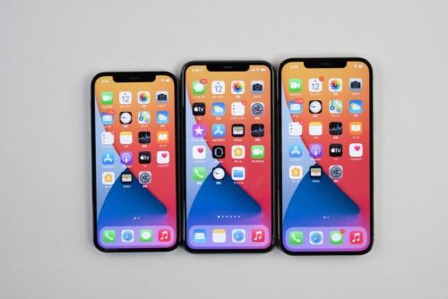 左からiPhone 12 Pro、iPhone 11 Pro Max、iPhone 12 Pro Max