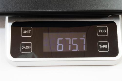 14インチのM140H01の重量をキッチンスケールで計測。約676gだった
