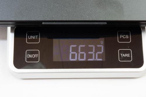 13.3インチのYC-133Rは実測で約663g。重量はM140H01と大差ない