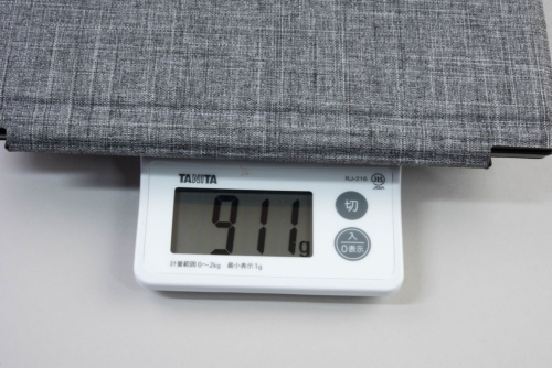 本体とキーボード、スタンドカバーのセットをキッチンスケールで測定したところ911gだった