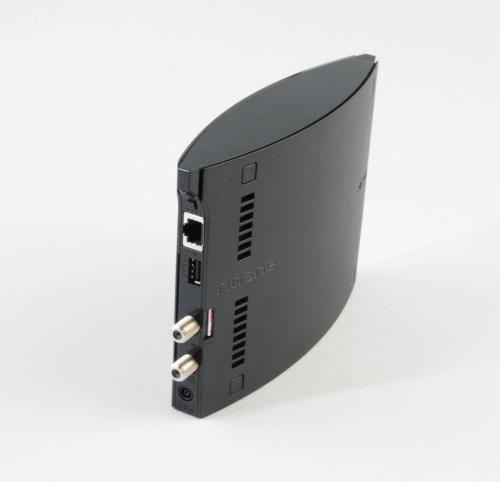 背面にアンテナケーブルと有線LANケーブルをつなぐ