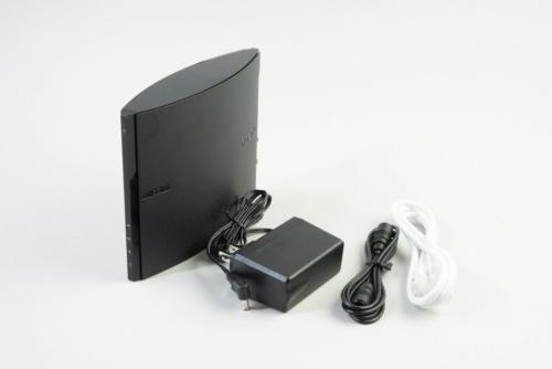 ACアダプターとアンテナケーブル、LANケーブルが付属する