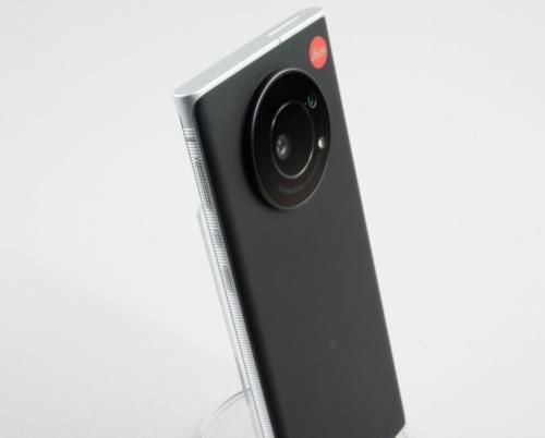 カメラが目立つボディー