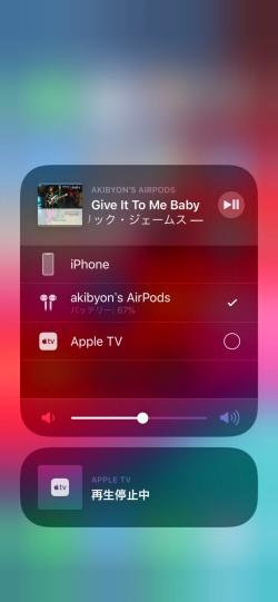 ミュージック関連のパネルのサブメニューでは再生装置を切り替えられる。Bluetoothイヤホンは、設定画面よりもここで切り替えたほうが楽