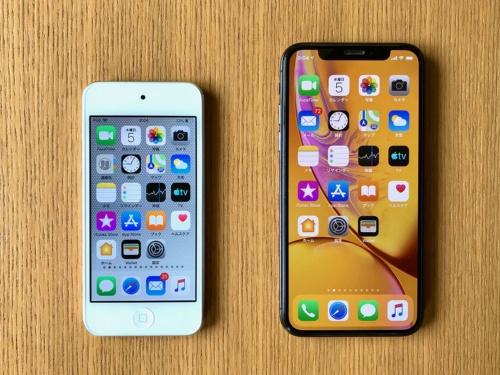 iPod touch(第7世代)と筆者が普段使っているiPhone X。久しぶりに操作する4型ディスプレーはかなり小さく感じる。同じディスプレーサイズのiPhone SEユーザーなら違和感はないのだろう