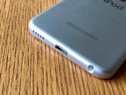 iPod touch(第7世代)が、底面にLightning端子と3.5mmイヤホンジャックを搭載している点も第6世代と同じ