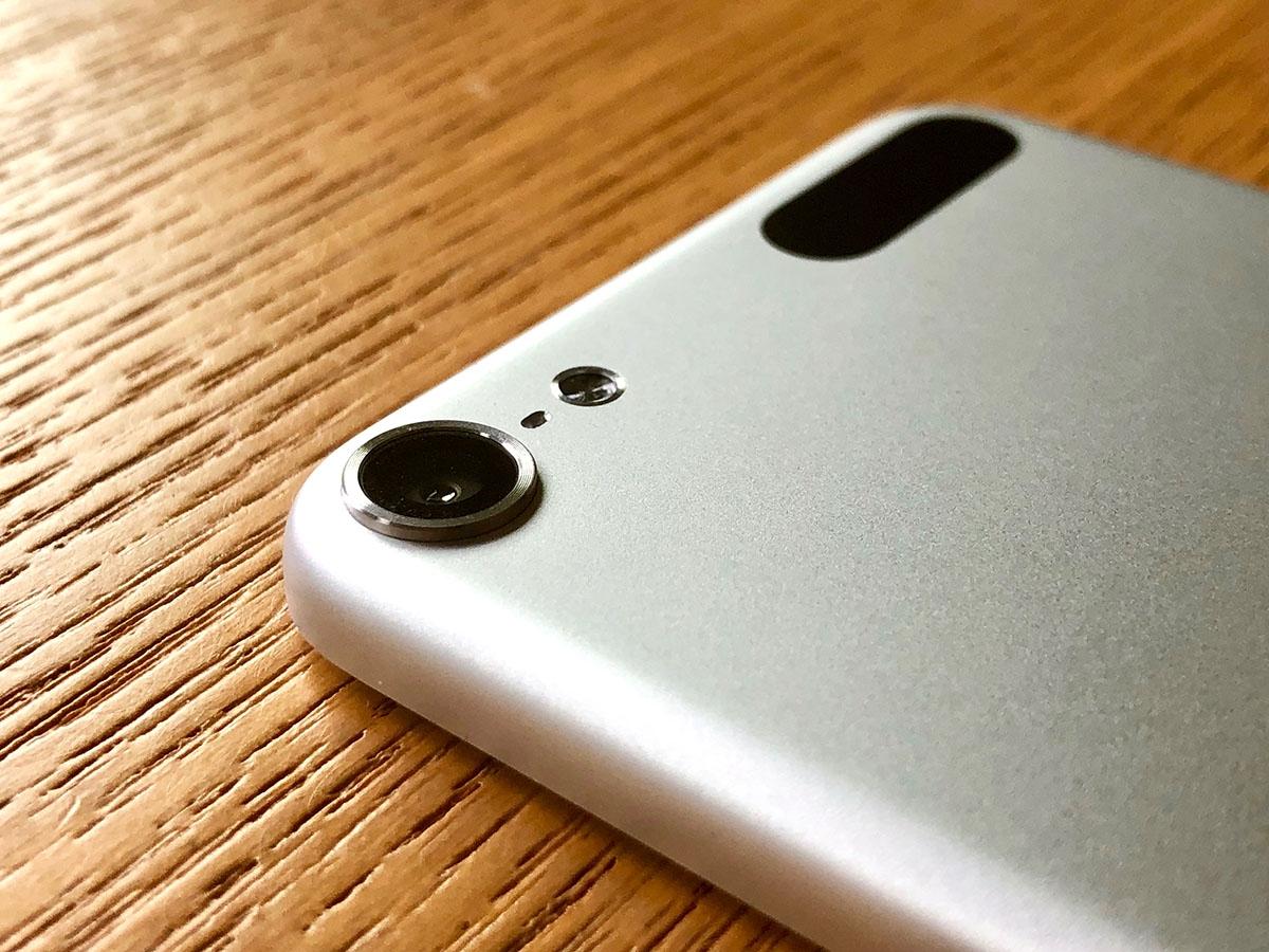 背面カメラのレンズは少し出っ張っている。思えば、レンズが出っ張ったのはiPhoneよりもiPod touch(第5世代)が先だった