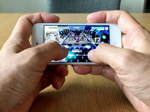 普段大きな画面で遊んでいると、初めは4型ディスプレー搭載のiPod touchでは小さくて操作しにくいと感じたゲームもすぐに慣れた。息子いわく「反応速度はiPhone 6sと同じぐらい」とのこと