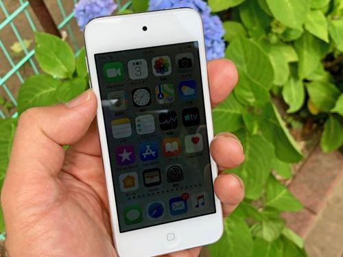 iPod touchは画面の明るさを周囲に明るさに合わせて自動調節する機能がない。画面を室内でちょうどよい明るさにしていても、昼間に外に出ると画面が暗くて見えにくくなってしまうことが多い