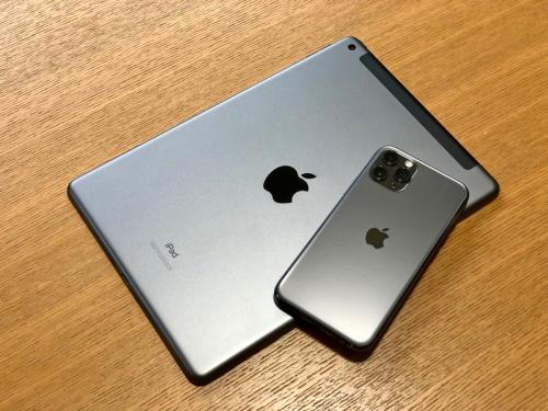 「Wi-Fi+Cellular」モデルの背面上部にあるアンテナが収納されている部分は、これまでの無印iPadと同様の樹脂製パーツになっている。「iPhone 11 Pro」と並べるとどちらもアップルマークが中央にあるため印象がそろう