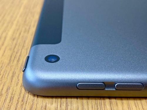 背面のカメラは8メガピクセルで、出っ張りがないところも含めてiPad Air(第3世代)と同じ