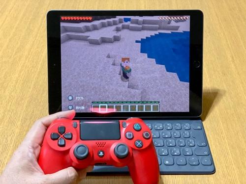 Minecraftを「PlayStation 4」用のコントローラー「DUALSHOCK 4」でプレー。ゲーム機で慣れ親しんでいるユーザーならコントローラーのほうが快適に遊べるだろう