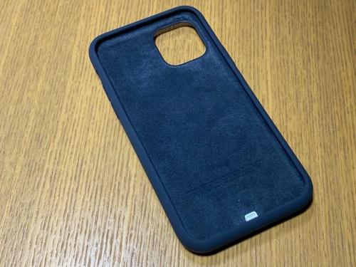 「Smart Battery Case」は外側が手触りの良いシリコーン製で、内側のiPhoneが触れる部分はマイクロファイバーとかなり上質な作り。内側の底部にiPhoneと接続するためのLightning端子がある