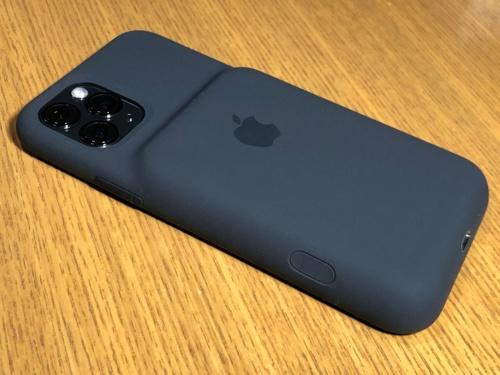 Smart Battery CaseをiPhoneに装着した状態。バッテリーが搭載されているため、カメラの位置より下側が盛り上がっている