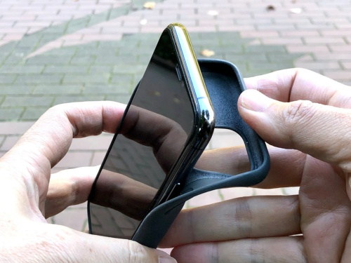 ケースの音量ボタンのある位置のみ、他の部分よりも柔軟性があり、写真のように軽い力で曲げることができる。ケースの脱着はこの部分からiPhoneを下にスライドして行うように設計されている